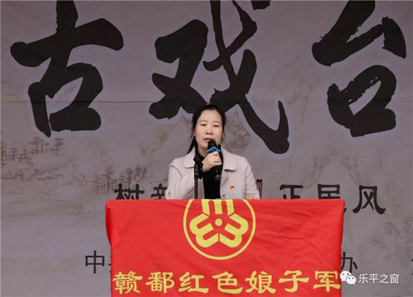 """古戏台开坛宣讲,反家暴送法下乡——市妇联开展""""国际反家庭暴力日""""活动"""